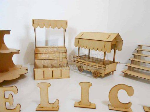 Mesa de postres conforada por diferentes accesorios