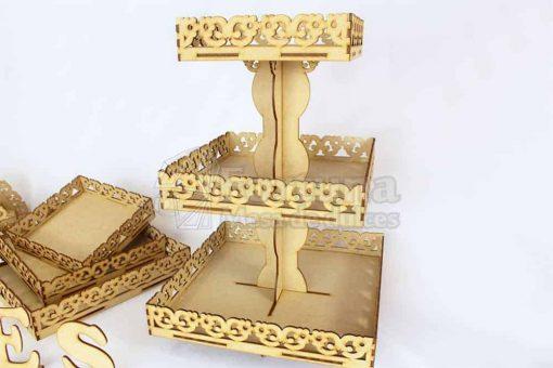 Base floral de tres niveles para decorar tu mesa de postres en tu boda.