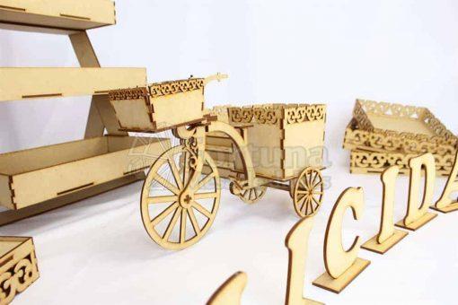 Bonito triciclo con sus partes móviles bonito para la mesa de dulces en tu boda.